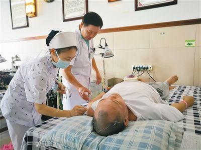 医生正在给患者做针灸治疗。
