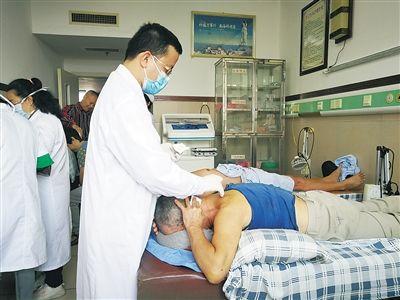 医生正在给患者做针刀治疗。