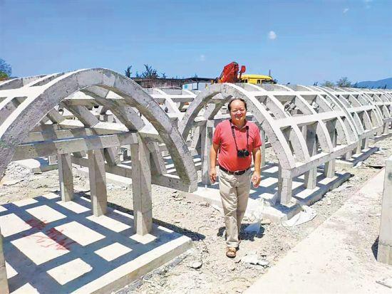 王爱民察看海洋牧场人工渔礁建设情况。受访者供图