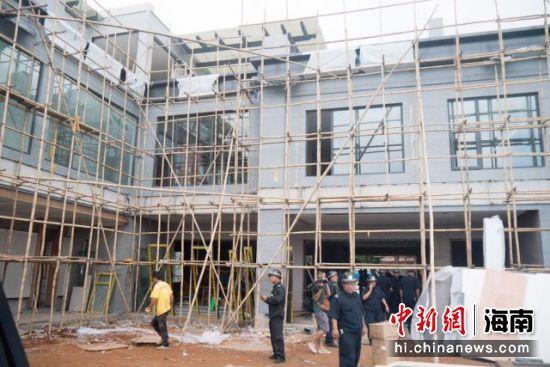 �D�辇��A�^�^��湖的一�拆�`�F�觯�海口���A�^�C合�谭�局正在��I主私自加建的房屋�M行拆除。凌楠 �z