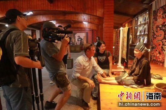 摄制组拍摄文身阿婆。兰月桂供图