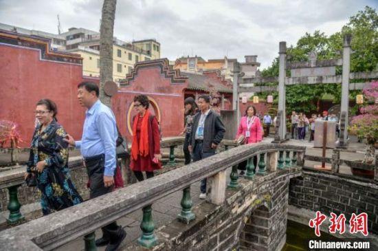 海内外乡亲在文昌孔庙参观。 洪坚鹏 摄