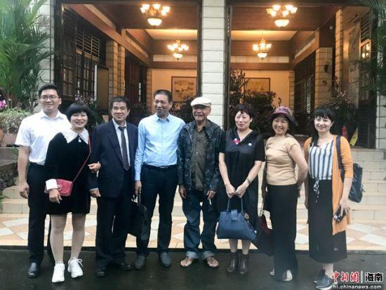 图为海内外乡亲与万宁兴隆热带花园董事长、印尼归侨郑文泰合影。凌楠 摄