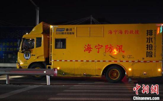 图为海宁市污水罐体倒塌事故外围 蔡自鑫 摄