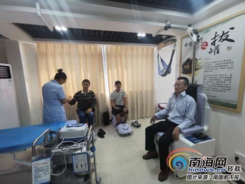 老人们在居家养老服务中心疗养
