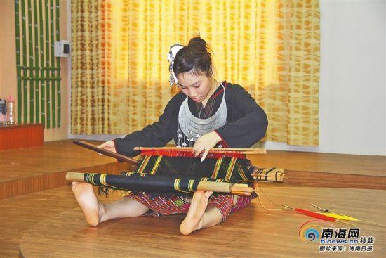 省民族技工学校学生学习黎锦技艺。