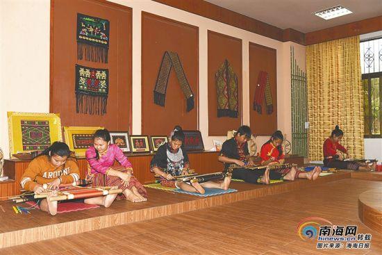 省民族技工学校学生在黎族织锦技艺实训基地学习织锦。