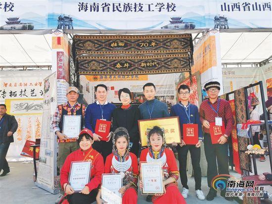 """陈慧如(一排居中)和学校师生在首届""""黄炎培杯""""中华职业教育非遗创新大赛上收获颇丰。本栏图片由受访者提供"""