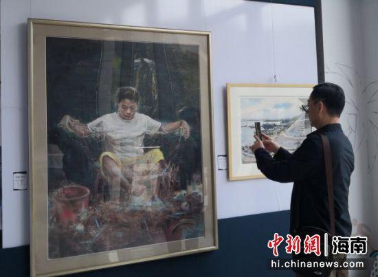 """12月9日,""""世纪粉彩・星曜中国"""" 国际色粉、水彩画展在海口观澜湖新城开幕。尹海明 摄"""