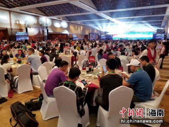 第十六届世界海南乡团联谊大会期间,三千人在天涯海角红树林国际会展中心参加晚宴 王晓斌摄