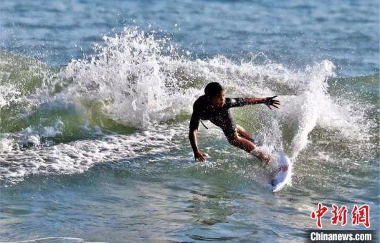 运动员们追逐海浪的节奏,用技巧和平衡力来完成挑战。 李亚洪 摄