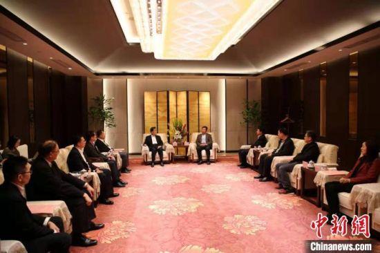 海南省委常委、统战部部长肖杰在海口会见参访团一行。 王宁 摄