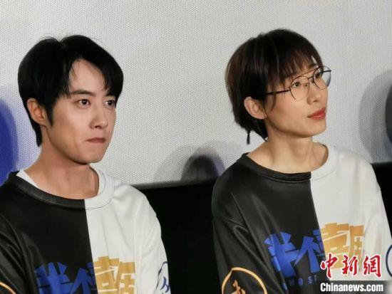 《半个喜剧》主演吴昱翰(左)和任素汐(右)。 何浠 摄