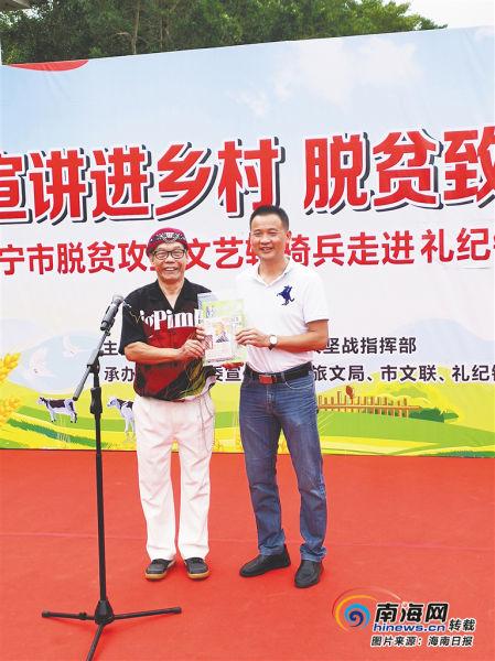 卓忠明(左)在万宁参加巡演活动。