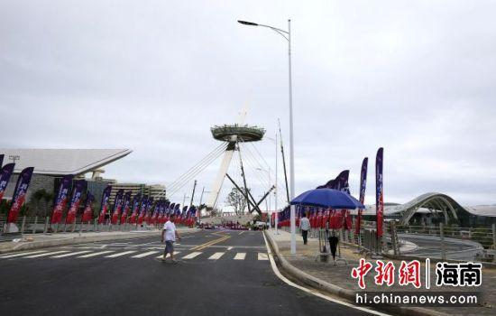 三亚国际免税城二期开业迎客,一期和二期通过一座步行景观桥连接。 王晓斌摄