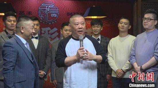 相声演员郭德纲的徒弟高鹤彩3日在上海举办收徒仪式。 康玉湛 摄