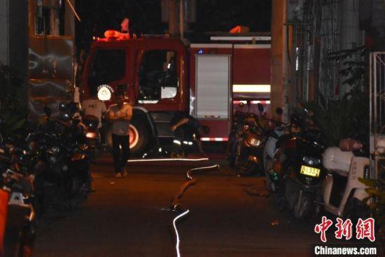 [滚动]因通道狭窄并被堵三亚消防员铺管两百米救火