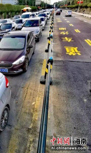"""图为海南省首个""""马路机器人""""亮相海口。海口交警 供图"""