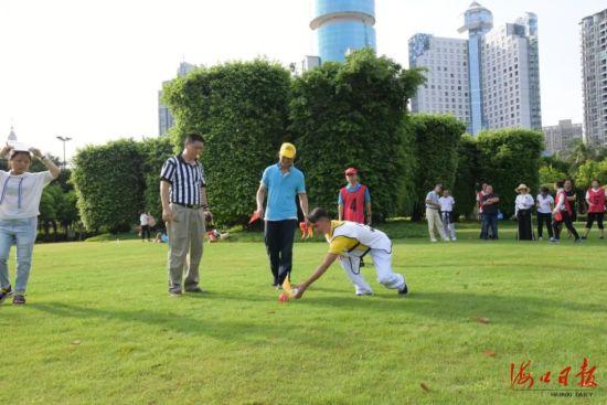 市民游客在万绿园体验高智尔球运动的乐趣。