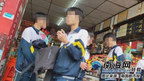 商行卖烟给学生。
