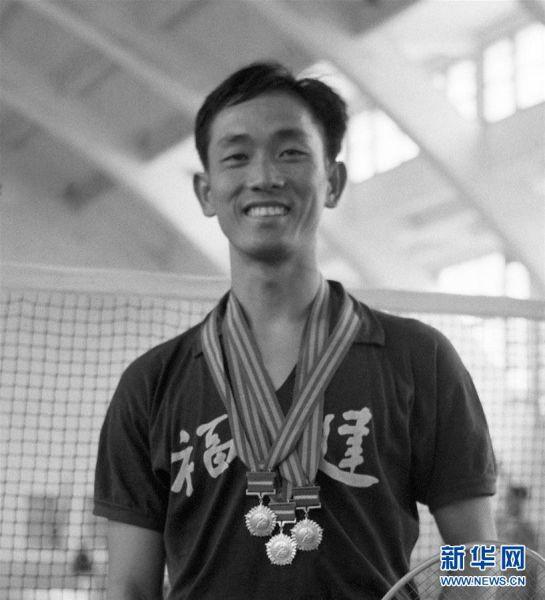 王文教在第一届全运会羽毛球男子单打比赛上夺得冠军(资料照片)。新华社记者章梅摄