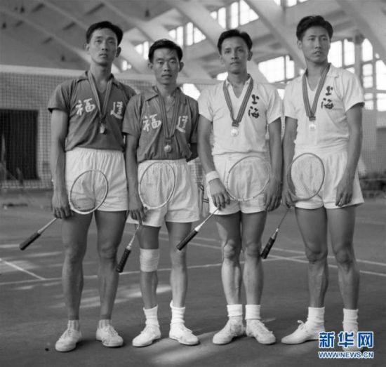 第一届全运会羽毛球男子双打冠军福建队队员王文教、陈福寿,亚军上海队队员施宁安、黄世明(左至右)(资料照片)。新华社记者章梅摄