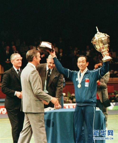 时任中国羽毛球队教练王文教(右)在中国队获得第十二届汤姆斯杯赛冠军后在颁奖仪式上向观众致意(资料照片)。新华社记者刘向阳摄