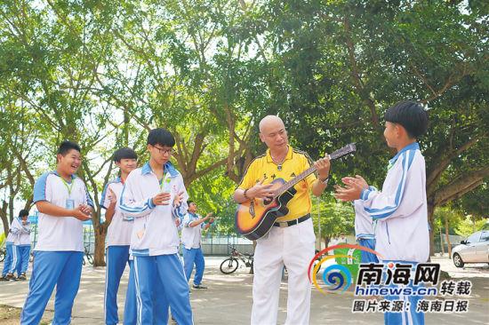 在文昌市第三中�W,�育忠��起吉他,吸引了�W生前�碛^看,拍掌��和。海南日�笥�者 袁琛 �z