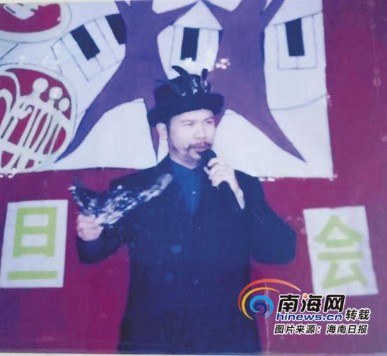 2003年,�育忠在�W校新年晚��上演唱。