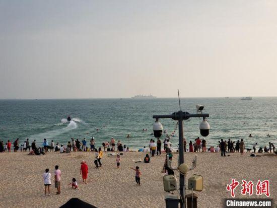 临近春节假日,三亚大东海迎来大批度假客。 王晓斌 摄