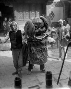 老成都街边耍狮子的人。西德尼・戴维・甘博摄