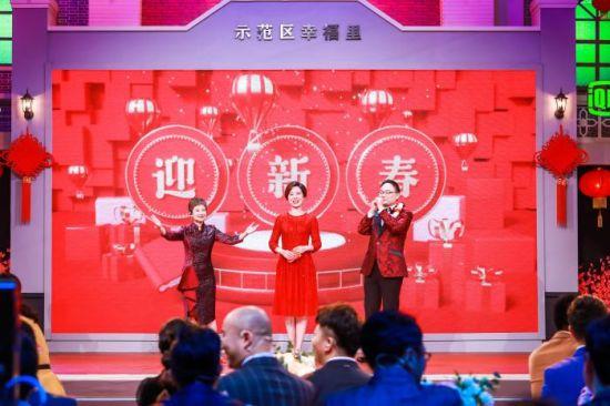 2020知识春晚主持人:张泉灵、庞玮、罗振宇(从左至右)
