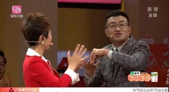 北医三院ICU医生薄世宁在晚会现场演示正确洗手方式