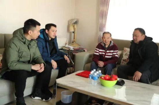 资料图:2019年中国羽协主席张军一行慰问陈福寿老前辈 图片来源:中国羽毛球协会