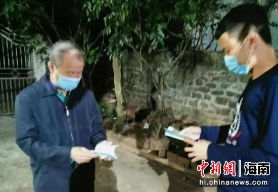 """蔡章富,琼山抗疫战线的""""老黄牛""""。"""
