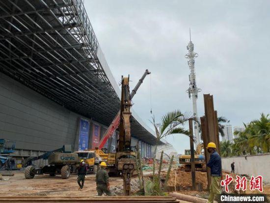 海南国际会展中心二期项目施工现场有工人正在作业。 王子谦 摄