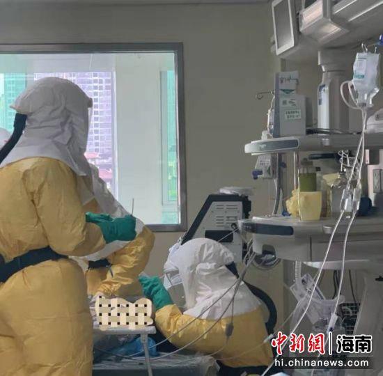 医生为患者做气管插管。海南省人民医院供图
