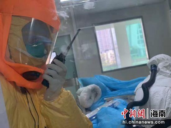医护配合做抢救。海南省人民医院供图
