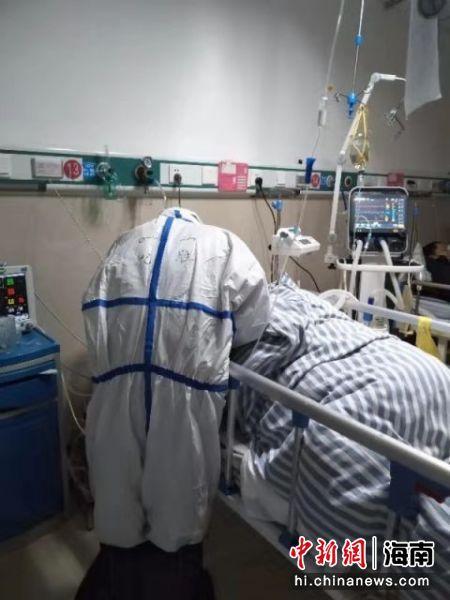 海南援鄂医疗队员在工作中。海医二院供图