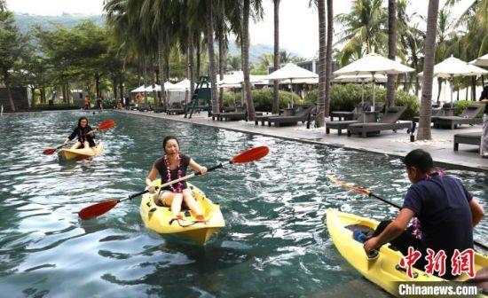 游客在酒店内体验水上项目(资料图)。 王晓斌 摄