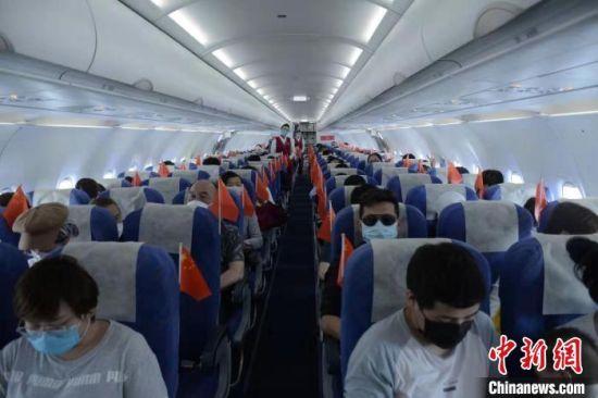 百余名滞留三亚的湖北旅客乘包机飞赴江城  李耀乐 摄