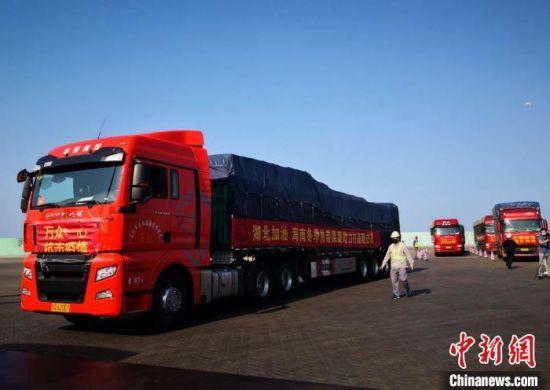 2月13日,14辆大卡车装载着海南省捐送给湖北的330吨热带果蔬,启程前往湖北。 尹海明 摄