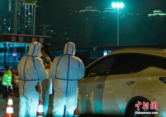 2月6日晚间,陕西省西安市有关部门的工作人员在进入城区的高速公路收费站口开展对新型冠状病毒感染的肺炎疫情的防控工作。中新社记者 侯宇 摄