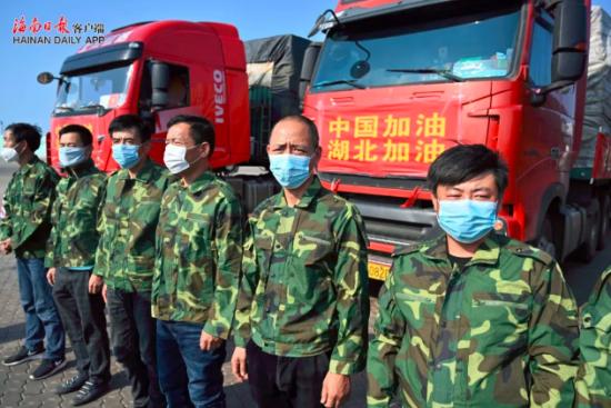 海南第六批援助湖北冬季果蔬车队。海南日报记者王凯摄