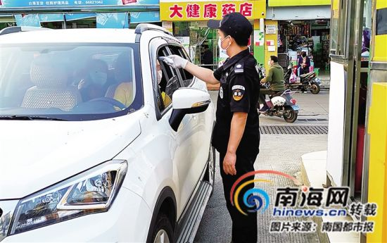 保安为进入医院的人员测体温。 记者王洪旭摄