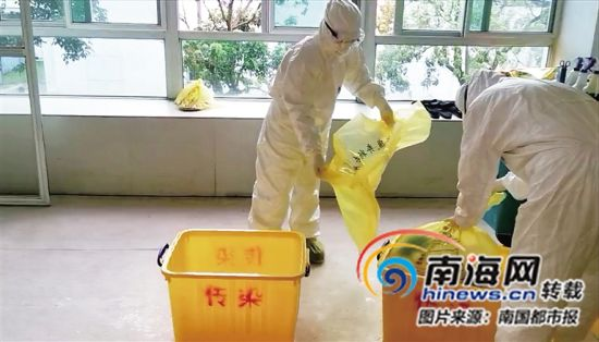 工作人员在处理有传染性的医疗垃圾。(受访者供图)