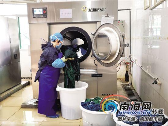 洗涤员在清洗医护人员的衣服。(受访者供图)