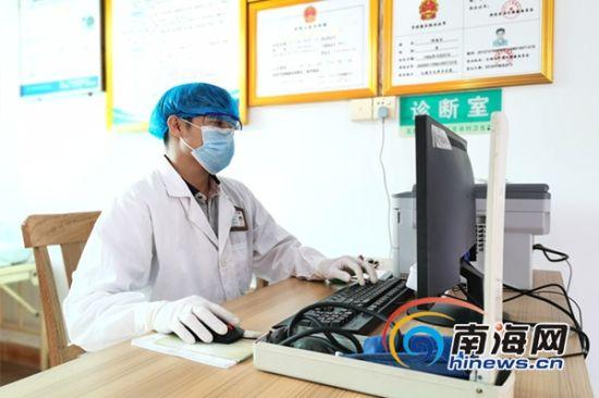 邢海召正在为村民测量体温。南海网记者 叶俊一 摄