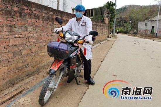 大年初一以来,邢海召走出卫生室,每天骑着摩托车进村入户,早出晚归是常态。南海网记者 叶俊一 摄