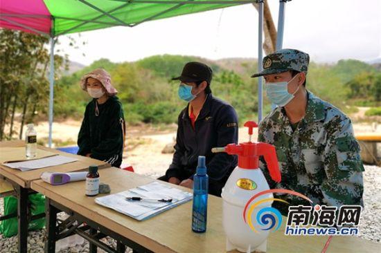龙玉琴坐在防控岗点中,像她一样,还有很多贫困户自发加入到五指山农村防疫前线。南海网记者 叶俊一 摄